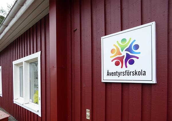 Fot på en förskola med Spännande Lärande skylt på väggen